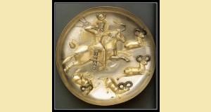 Plat iranien représentant un roi à cheval chassant le bélier à l'arc en tenue de cérémonie. Fin du Vè siècle.  Argent doré au mercure.