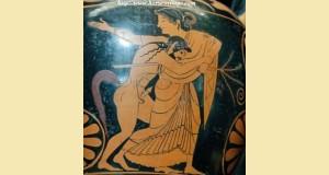Ménade et satyre. Face A d'une amphore nicosthénienne attique à figures rouges, vers 525-515 av. J.-C. Pamphaios (potier, signature), Oltos